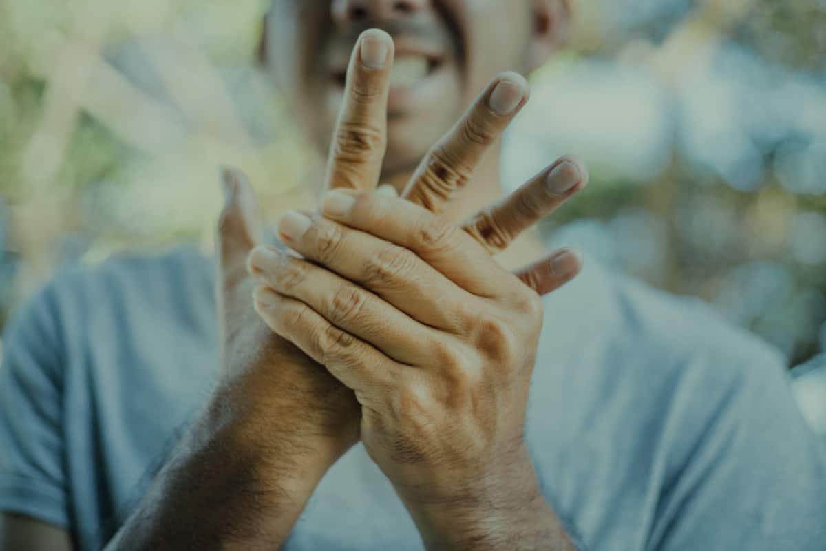 تنميل اليد اليمنى الاسباب ومتى ترى الطبيب صحتنا