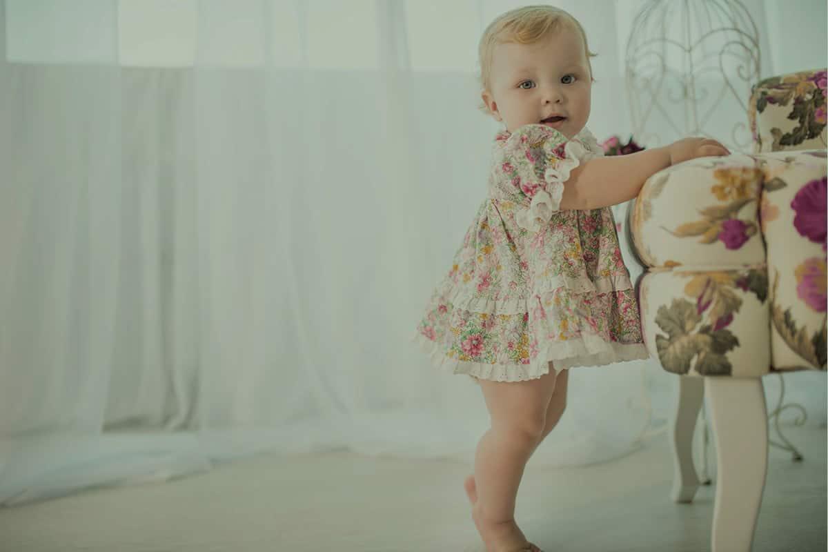 متى يقف الرضيع على رجليه